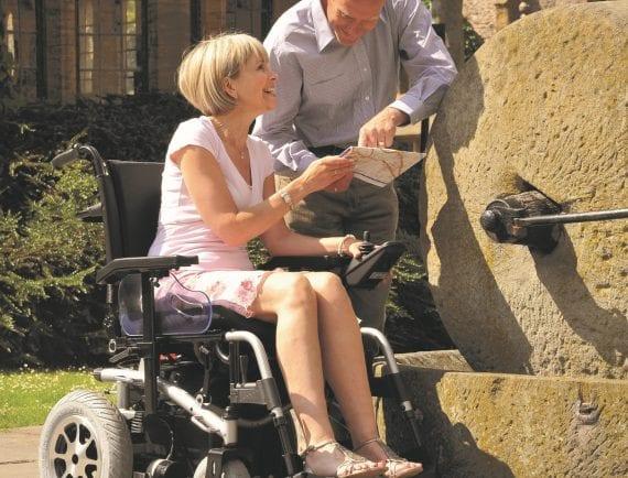 Pojišťovny proplácejí vozíčkářům pouze vozíky s rychlostí do 6 km/h. Jde s tím něco dělat?